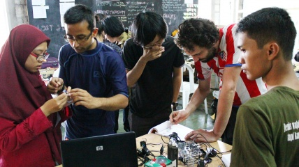 Workshop BEYOND DIY Microscopy bersama Dipesh, Matt & Suparmin.jpg